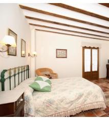 Casa El Olmo + Visita a las cuevas de Ortigosa (en temporada) o visita a bodegas + cata de vinos y mosto.